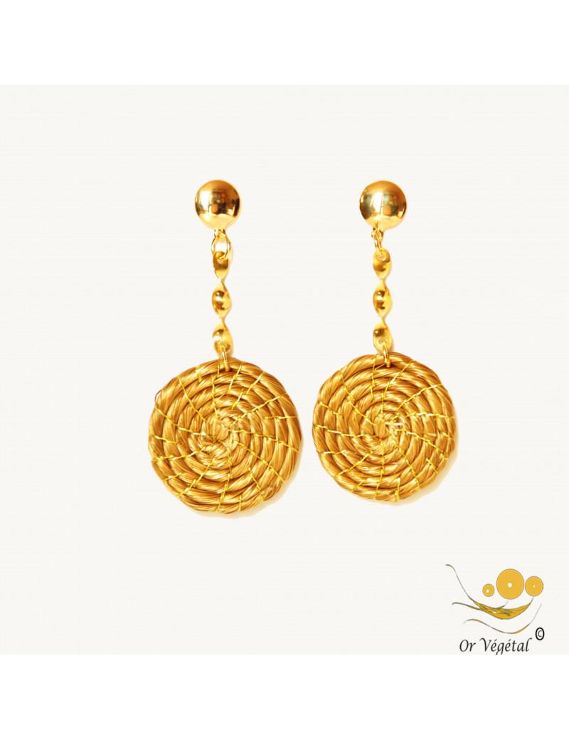 Boucles d'oreille tresées en or végétal en forme de spirale.