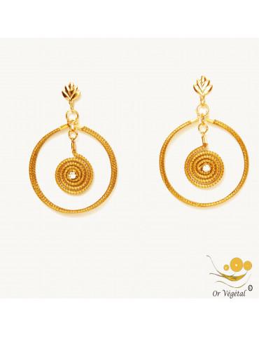 Boucle d'oreille en or végétal en forme de cercle et spirale pendante