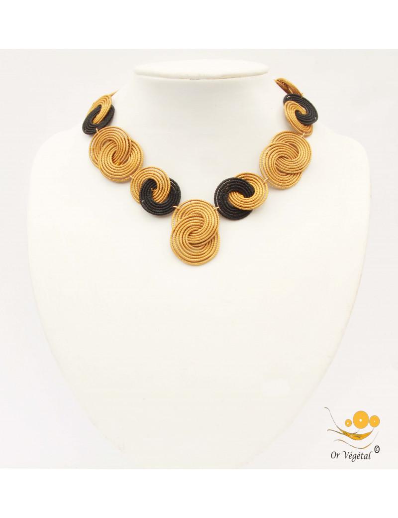 Collier or végétal avec médaillons cercles entrelacés et macramé noir