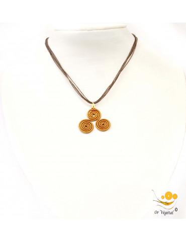 Collier en coton ciré avec pendentif en or végétal cerclé en forme de triskel