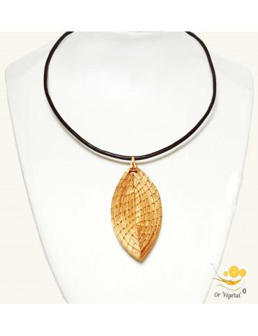 Collier en cuir avec pendentif en or végétal tressé en forme de feuille
