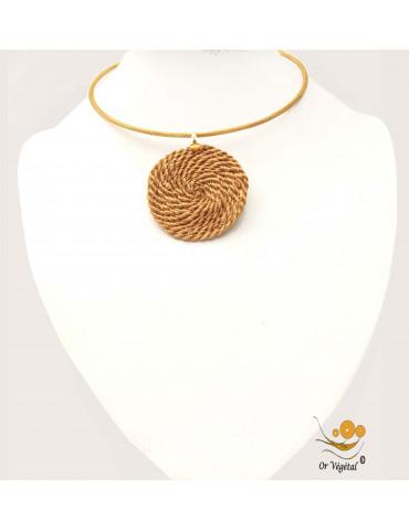 Collier cerclé en or végétal avec pendentif en or végétal tressé