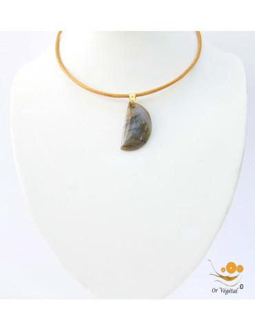 Collier cerclé en or végétal avec pendentif en labradorite de Madagascar