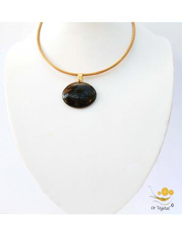 Collier cerclé en or végétal avec pendentif en jaspe ovale