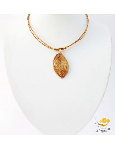 Collier souple en or végétal a deux branches avec pendentif en feuille
