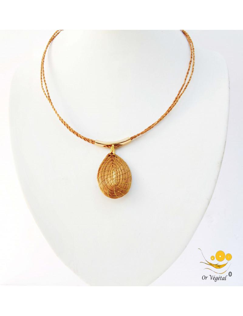 Collier souple en or végétal a deux branches avec pendentif en goutte