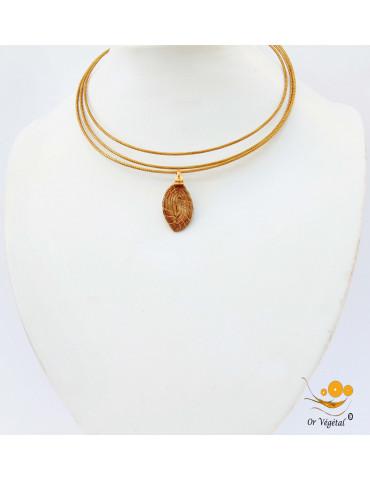 Collier cerclé en or végétal a trois branches avec pendentif en or végétal tressé