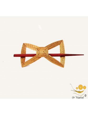 Barette à cheveux en or végétal tressée en forme de papilon et pic en bois.