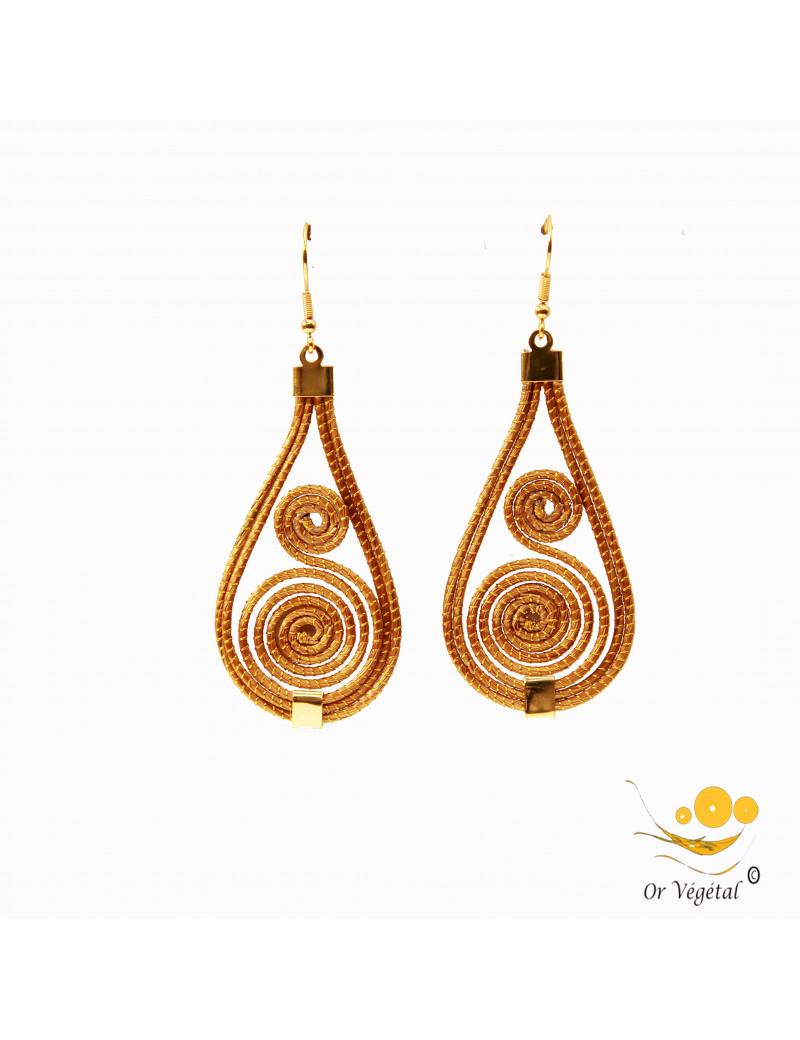 Boucle d'oreille en or végétal en forme de goutte avec une double spirale