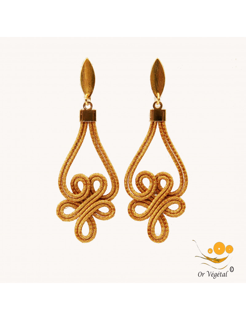 Boucle d'oreille en or végétal en forme de fleur formée d'arabesques