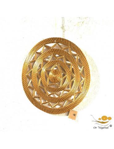 Décoration murale tréssée en or végétal de forme ronde évoquant le soleil