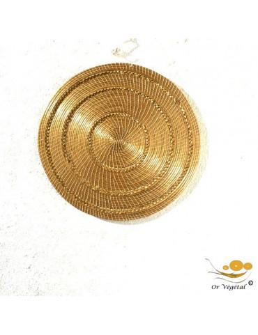 Décoration murale tréssée en or végétal de forme ronde pleine évoquant le soleil